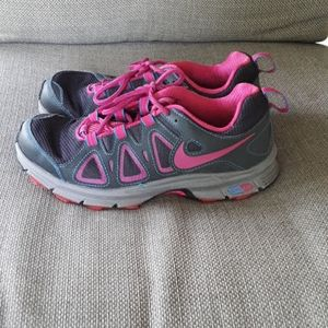 Nike womens 7 gray & pink sneakers
